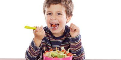 nino-comiendo-ensalada